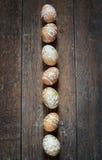Ovos da páscoa no fundo de madeira Fotografia de Stock Royalty Free