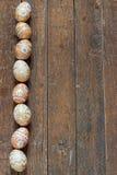 Ovos da páscoa no fundo de madeira Fotos de Stock Royalty Free