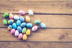 Ovos da páscoa no fundo de madeira Fotos de Stock