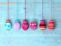 Ovos da páscoa no fundo de madeira da tabela Fotos de Stock