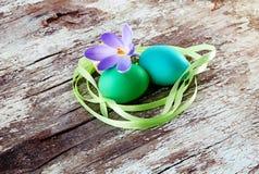 Ovos da páscoa no fundo de madeira. Estilo do vintage. Imagens de Stock
