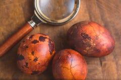 Ovos da páscoa no fundo de madeira Marrom pintado com pontos e quebras e para ampliar próximo o vidro tiro do macro do foco selet fotos de stock royalty free