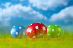Ovos da páscoa no fundo do céu azul Imagem de Stock Royalty Free