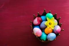Ovos da páscoa no fundo vermelho Fotografia de Stock
