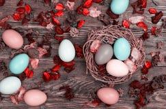 Ovos da páscoa no ninho do pássaro no fundo de madeira foto de stock royalty free