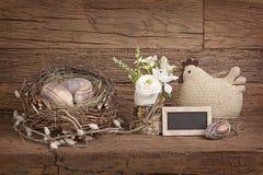 Ovos da páscoa no ninho e nas flores Fotos de Stock Royalty Free