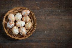 Ovos da páscoa no ninho em de madeira rústico Fotografia de Stock