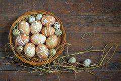 Ovos da páscoa no ninho em de madeira rústico Fotos de Stock
