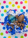Ovos da páscoa no ninho no fundo colorido do polkadot imagem de stock