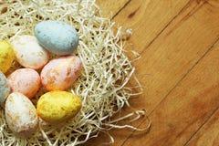 Ovos da páscoa no ninho no fundo de madeira Foto de Stock