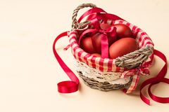 Ovos da páscoa no ninho whitish e nas flores brancas Fotografia de Stock