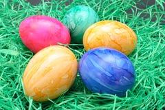 Ovos da páscoa no relvado sintético Fotografia de Stock