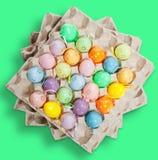 Ovos da páscoa no verde Imagens de Stock