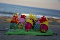 Ovos da páscoa nos tampões, com as caras engraçadas na natureza Imagem de Stock Royalty Free