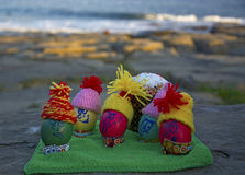 Ovos da páscoa nos tampões, com as caras engraçadas na natureza Imagens de Stock Royalty Free