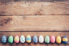 Ovos da páscoa pasteis coloridos no fundo de madeira com espaço vin Imagens de Stock Royalty Free