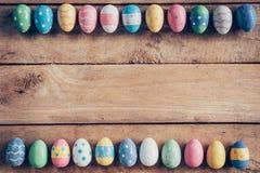 Ovos da páscoa pasteis coloridos no fundo de madeira com espaço vin Imagem de Stock Royalty Free