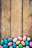 Ovos da páscoa pasteis coloridos no fundo de madeira com espaço vin Imagens de Stock