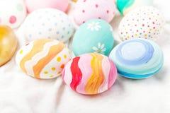 Ovos da páscoa pasteis e coloridos com copyspace Easter feliz! Fotos de Stock Royalty Free