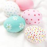 Ovos da páscoa pasteis e coloridos com copyspace Easter feliz! Fotografia de Stock