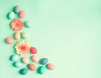 Ovos da páscoa pasteis e flores Imagens de Stock Royalty Free