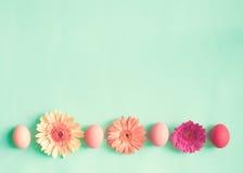 Ovos da páscoa pasteis e flores Imagem de Stock Royalty Free