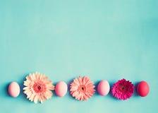 Ovos da páscoa pasteis e flores Fotos de Stock