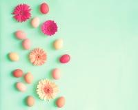 Ovos da páscoa pasteis e flores Imagem de Stock