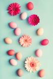 Ovos da páscoa pasteis e flores Fotos de Stock Royalty Free