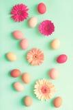 Ovos da páscoa pasteis e flores Imagens de Stock