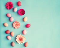 Ovos da páscoa pasteis e flores Fotografia de Stock