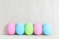 Ovos da páscoa pasteis na tabela de madeira Imagem de Stock Royalty Free