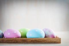 Ovos da páscoa pasteis na tabela de madeira Fotos de Stock Royalty Free