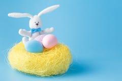 Ovos da páscoa pintados à mão caseiros de várias cores em um ninho sobre Foto de Stock Royalty Free