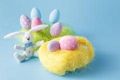Ovos da páscoa pintados à mão caseiros de várias cores em um ninho sobre Foto de Stock