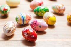Ovos da páscoa pintados à mão coloridos na madeira Feito a mão original, projeto do vintage imagem de stock