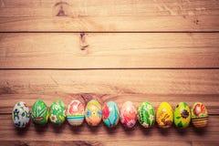 Ovos da páscoa pintados à mão coloridos na madeira Feito a mão original, vint fotografia de stock royalty free