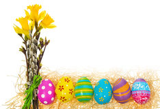 Ovos da páscoa pintados à mão com um ramalhete de narcisos amarelos das flores, Ca Fotografia de Stock Royalty Free