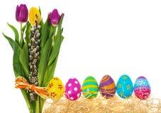 Ovos da páscoa pintados à mão com um ramalhete de tulipas das flores, catki Imagens de Stock Royalty Free