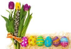 Ovos da páscoa pintados à mão com um ramalhete de tulipas das flores, catki Fotos de Stock Royalty Free