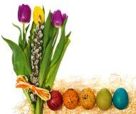 Ovos da páscoa pintados à mão com um ramalhete de tulipas das flores, catki Imagem de Stock Royalty Free