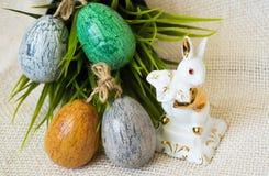 Ovos da páscoa pintados à mão e coelho da porcelana Imagem de Stock