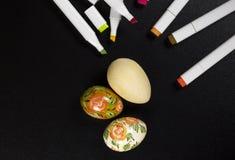 Ovos da páscoa pintados à mão e placas para colorir Fotografia de Stock Royalty Free