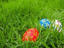 Ovos da páscoa pintados à mão escondidos na grama Fotografia de Stock Royalty Free