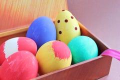 Ovos da páscoa pintados à mão na caixa de presente Fotografia de Stock