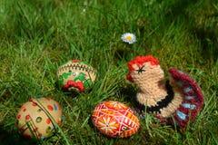 Ovos da páscoa pintados coloridos em uma grama verde Fotografia de Stock