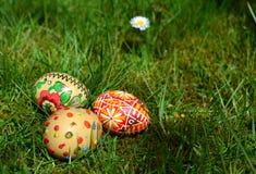Ovos da páscoa pintados coloridos em uma grama verde Imagens de Stock Royalty Free