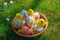 Ovos da páscoa pintados coloridos em uma grama verde Imagem de Stock