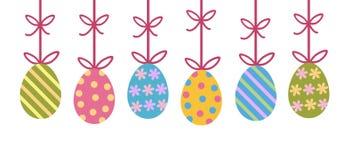 Ovos da páscoa pintados decorados coloridos que penduram da fita w da curva ilustração royalty free