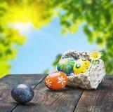 Ovos da páscoa pintados em uma cesta na tabela Imagem de Stock